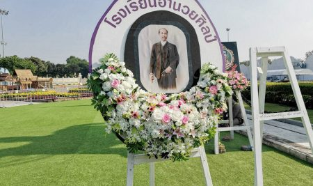 Amnuay Silpa School laid a wreath to pay homage at the King Chulalongkorn Monument