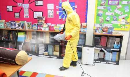 โรงเรียนยังทำการทำความสะอาดและฉีดพ่นยาฆ่าเชื้อภายในระหว่างปิดภาคเรียน